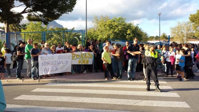 Decenas de padres piden más seguridad en la zona escolar de Foietes donde atropellaron a dos niños
