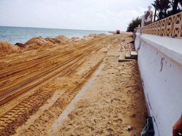 Costas retira 5.000 metros cúbicos de arena de la playa de l'Estanyó para regenerar la del Blay Beach