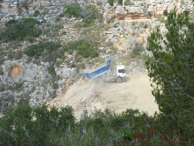 Aterran un barranco del Puig de la Llorença vertiendo decenas de camiones