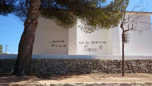 Las pintadas se ceban ahora contra el plan de aparcamiento del parque de l'Ermita