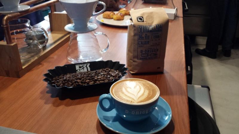 Granos de café tostados a la falda de Serra Gelada