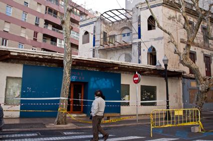 Después de la lonja, precintan también el antiguo Bar Mediterráneo ante la caída de cascotes de la fachada