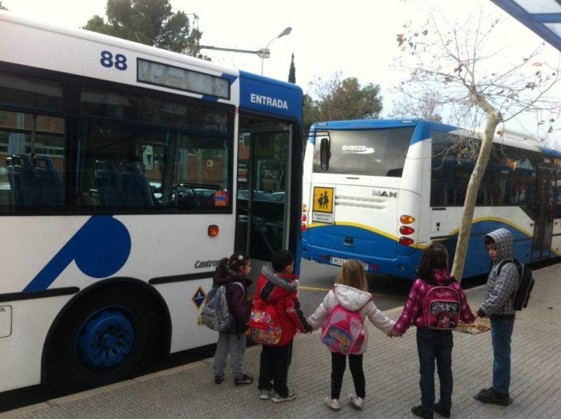 La comunidad educativa de El Salt de l'Aigua se planta por la mañana ante la amenaza al transporte escolar...