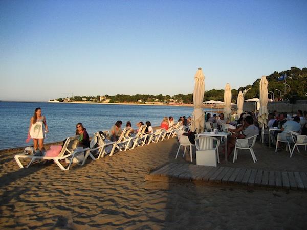 La playa de la Marineta Cassiana ha perdido la mitad de la franja de arena desde la aportación de la draga de los 90