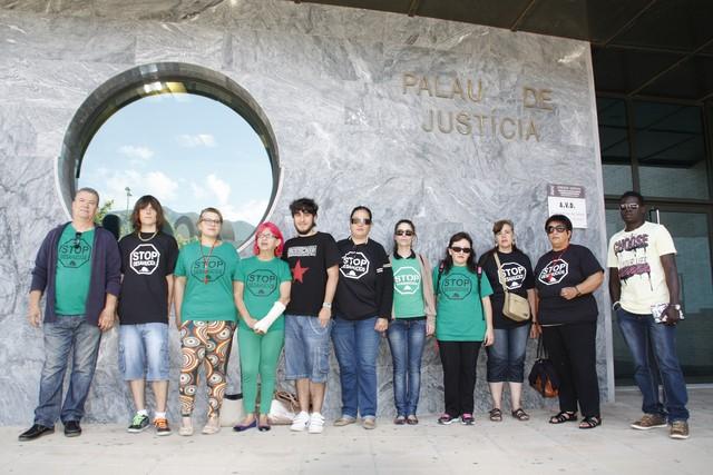 Los representantes de la PAH, durante su protesta en la puerta de los juzgados de Dénia.