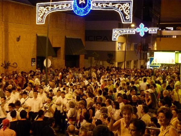 Arrancan las fiestas de Moros y Cristianos de La Vila con la entrada de 1.500 músicos