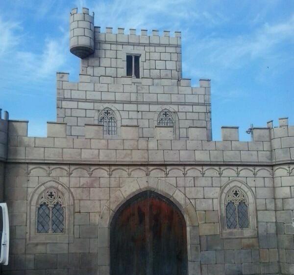 El 'Castell de Festes' ya espera la llegada de los Moros en la playa de La Vila