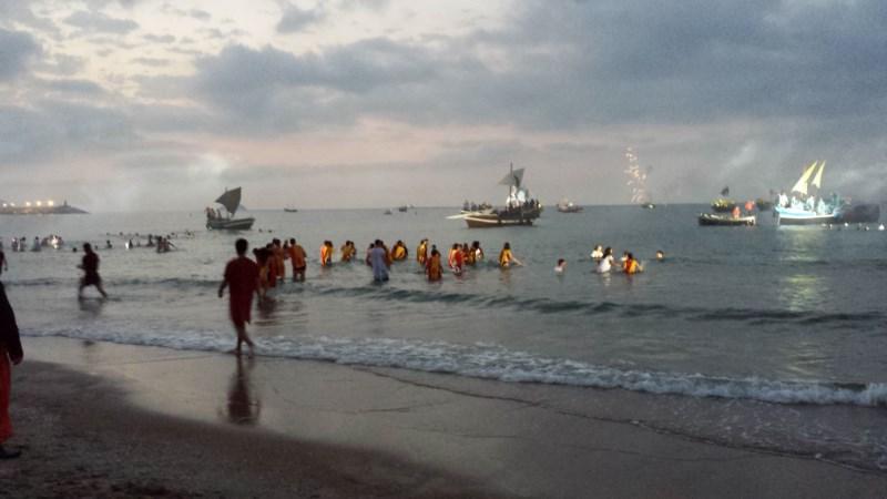 Las tropas del Rey Moro toman la playa para comenzar la batalla