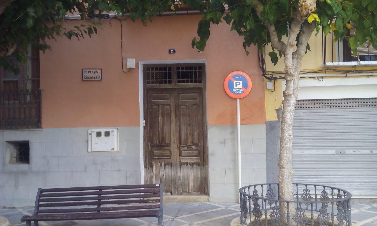 Se alquila casa a reformar en la plaza de la Iglesia para construir un hotel