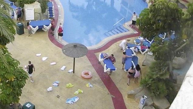 A la caza de una tumbona en la piscina