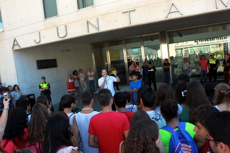 Centenares de alumnos de Benidorm y La Vila protestan en la calle por el calor de las aulas