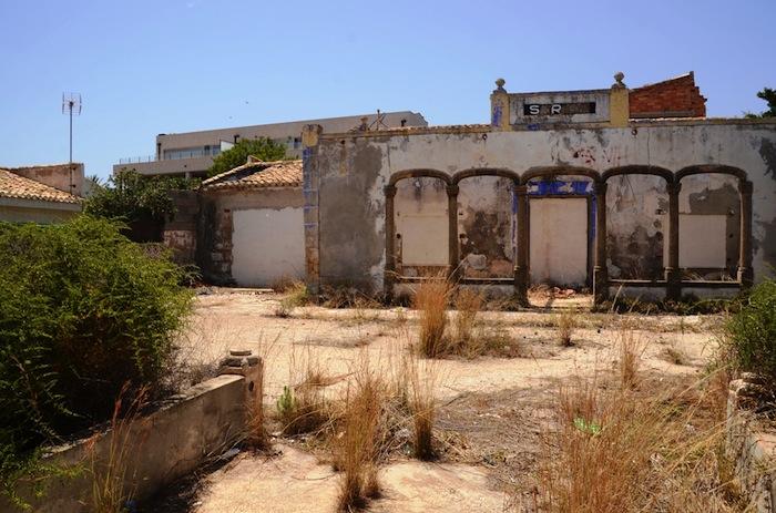 La piqueta, a punto de acabar en primera línea de costa con Villa Sarita tras 25 años de abandono