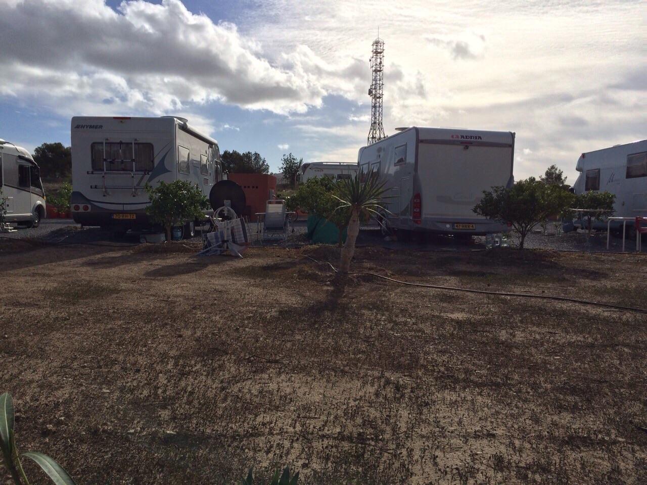 """El gobierno defiende el asentamiento ilegal de autocaravanas porque está en una """"propiedad privada"""""""