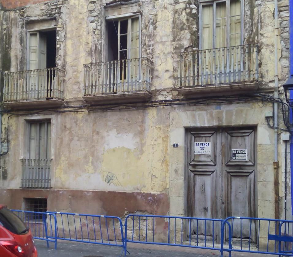 Se desprenden varios cascotes de una vivienda de la plaza Castelar por el viento
