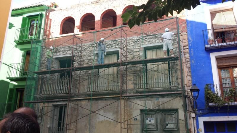 Reparan la fachada de la vivienda de la plaza Castelar de la que se desprendieron varias piedras
