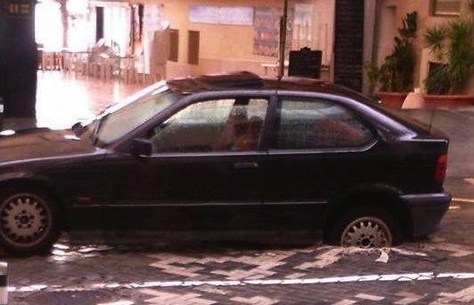 Un coche queda atrapado en un socavón en la avenida Gabriel Miró de Calp