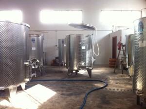 Las cubas de la bodega de La Vila donde se hace el proceso hasta que llega el vino a la barrica.