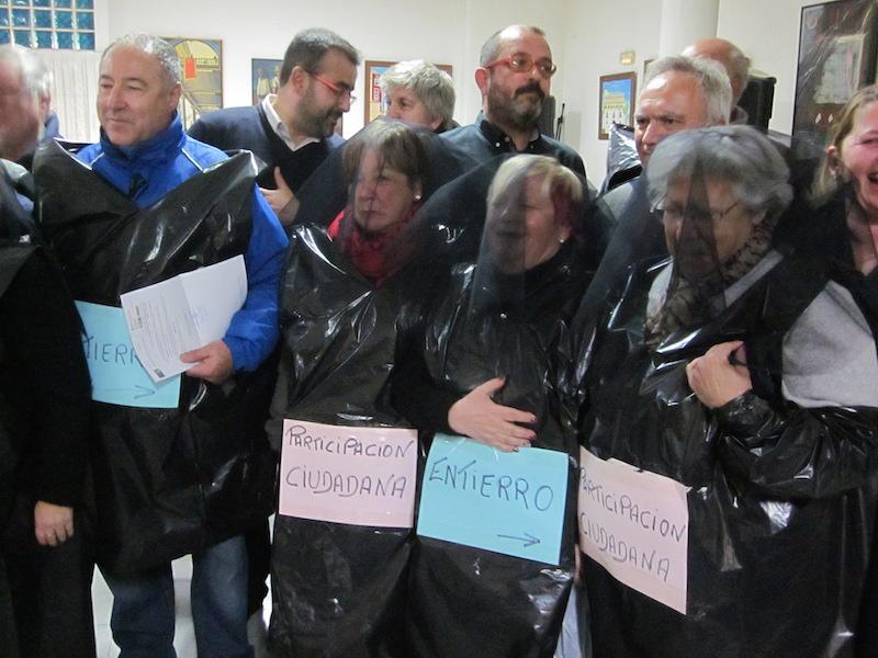 Asociaciones vecinales se visten de luto para escenificar las diferencias con el gobierno sobre la participación ciudadana