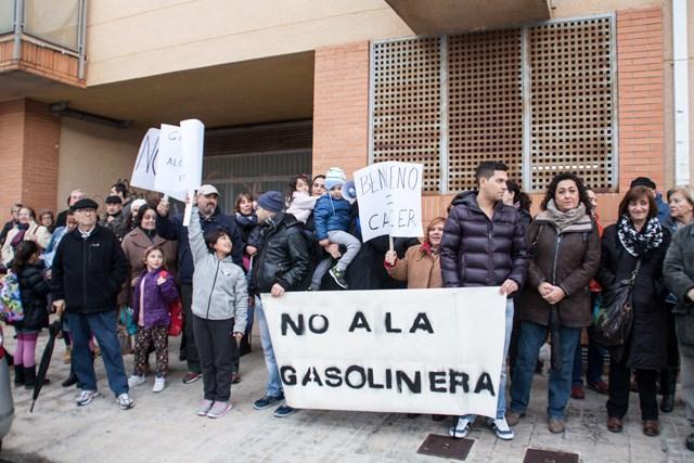 Más de medio centenar de vecinos claman contra la nueva gasolinera y el gobierno de Dénia