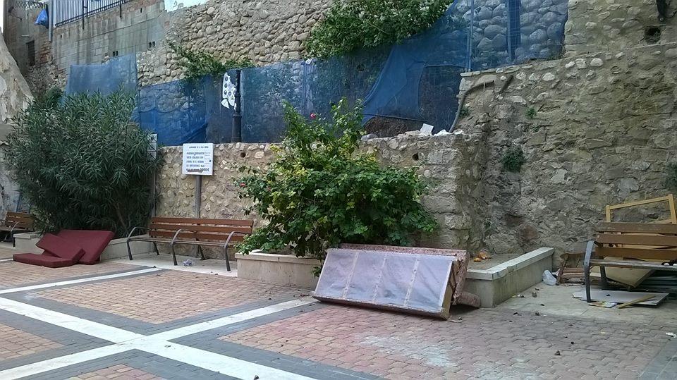 La plaza de la calle Pal de La Vila, vertedero de enseres