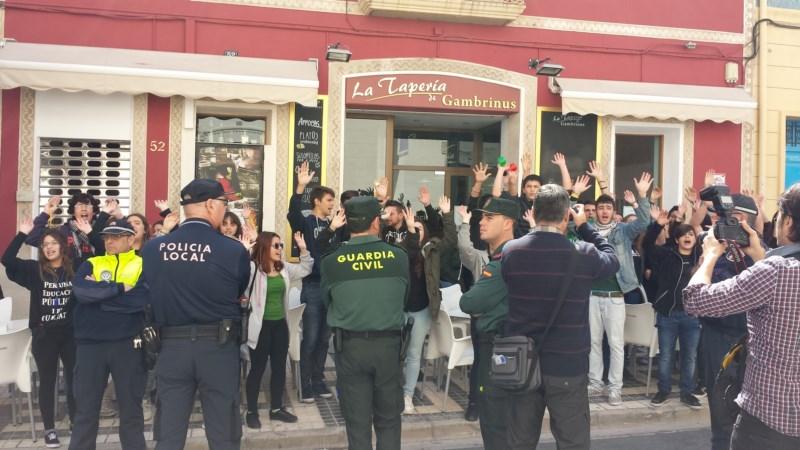 Medio centenar de alumnos increpan a Catalá y le reclaman la construcción del Gasparot y el Doctor Esquerdo...