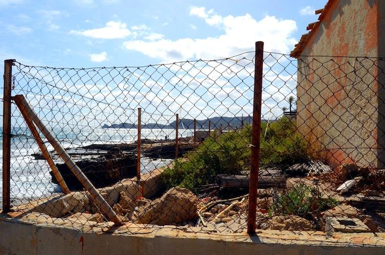 El litoral ocupado por el chalé del ministro de Franco en Xàbia se degrada