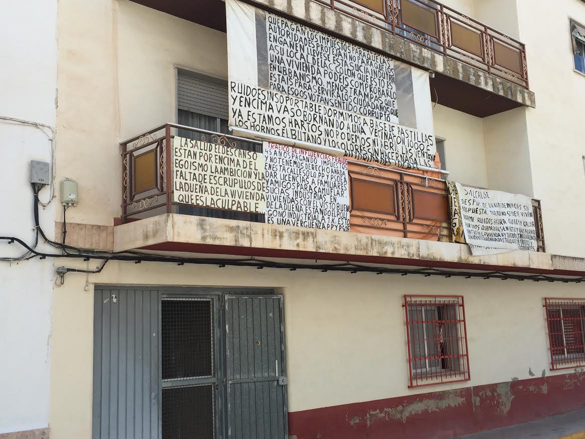 Los dueños de una fábrica de helados se querellan contra sus vecinos por injurias y calumnias tras empapelar la fachada de su casa