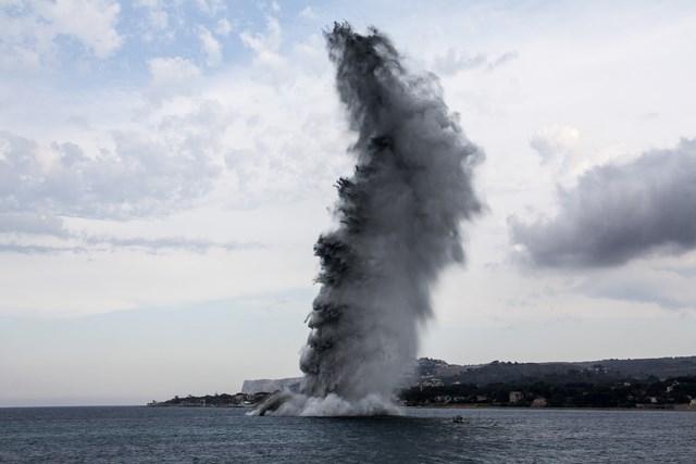 Detonan frente a la Marineta Cassiana una mina sumergida de la Segunda Guerra Mundial o la Guerra Civil