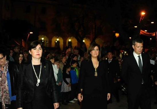 Las concejalas María Mut y Ana Kringe (PP), en la última procesión del Santo Entierro, en la pasada semana Santa cuando Kringe era alcaldesa.