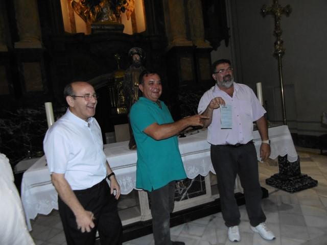 La Policía de Dénia multa a los cofrades de Sant Roc por aparcar en la plaza la furgoneta para entrar a la iglesia la talla del patrón del s. XV