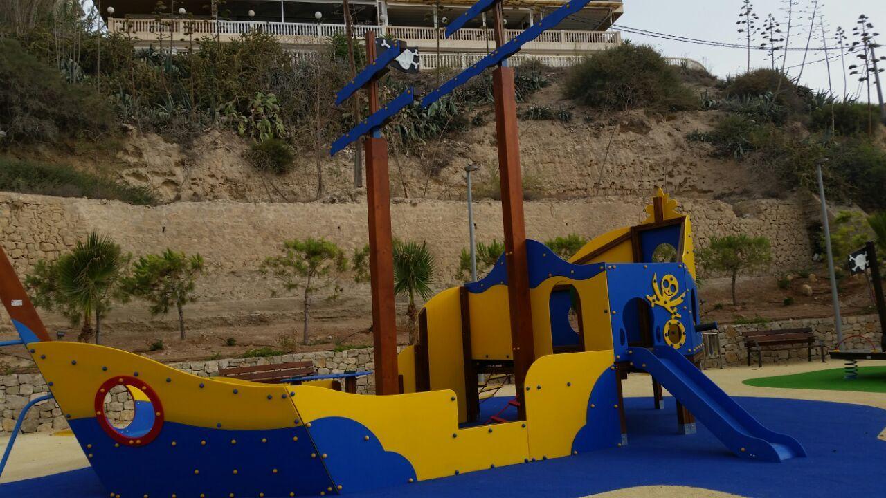 Abren al público un parque infantil en primera línea de playa 20 años después de conseguir que la parcela fuera pública