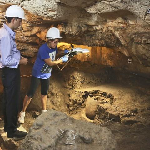 """""""Excepcional hallazgo"""" en Pedreguer: los arqueólogos encuentran intacta una vasija de más de 5.000 años de antigüedad en la Cova del Randero"""