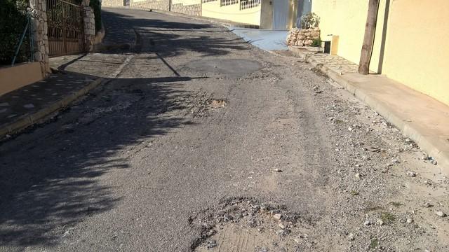 Vecinos del Montgó recogen firmas para el arreglo de las calles que destrozó el proyecto de alcantarillado