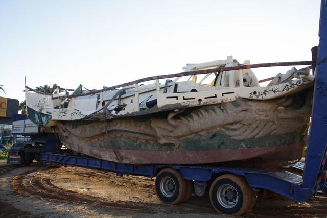 Principio y fin del barco 'vikingo' de la escollera del puerto de Dénia
