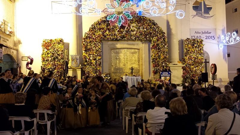 La Iglesia San Jaime se cubre de flores con la Ofrenda a la patrona de Benidorm