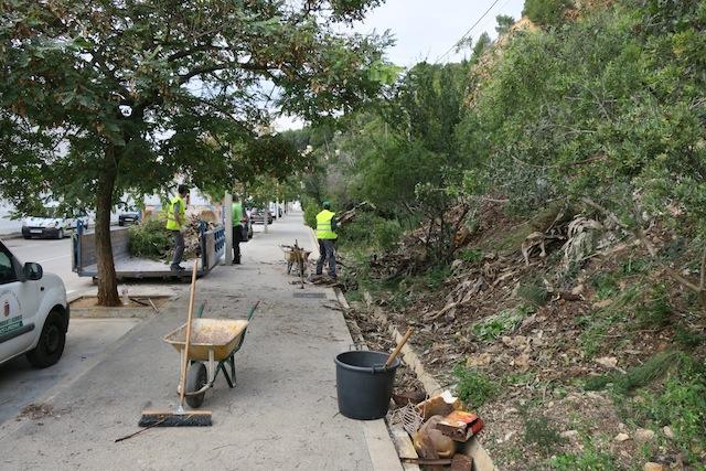 Xàbia retira plantas invasoras y mucha basura de la caleta del Puerto