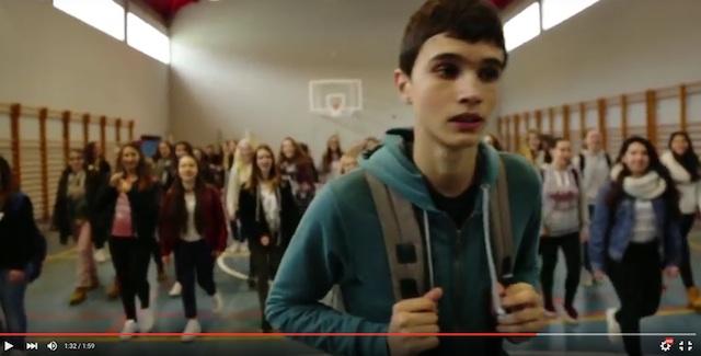 El vídeo de Xàbia en el que una multitud de chicas persigue a un chico llamándole «tío bueno»