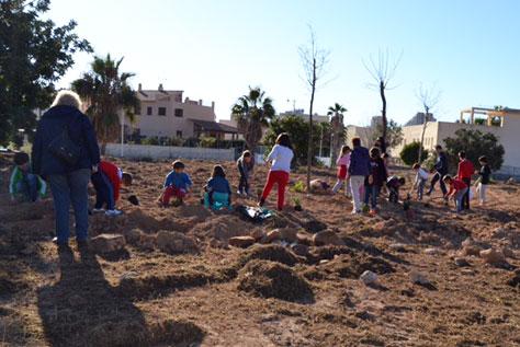 Escolares de Calp plantan especies autóctonas para celebrar el Día del Árbol