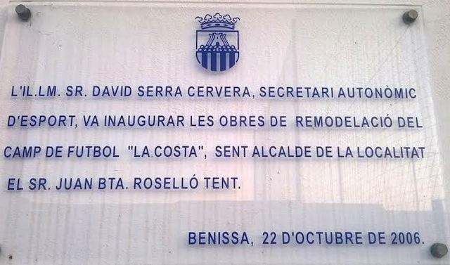 Las placas con imputados como David Serra o Lola Johnson tienen los días contados en Benissa