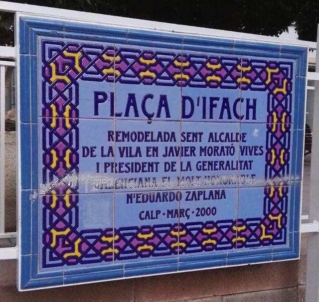 Calp se niega a eliminar la veintena de placas del exalcalde Javier Morató pese a su condena por fraude fiscal