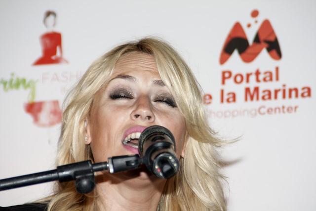 Carolina Cerezuela, en un momento de la actuación en el centro comercial.