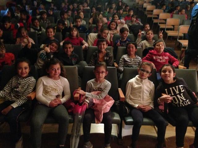 El alumnado llenó el salón de actos del colegio Llebeig para asistir a las representaciones.