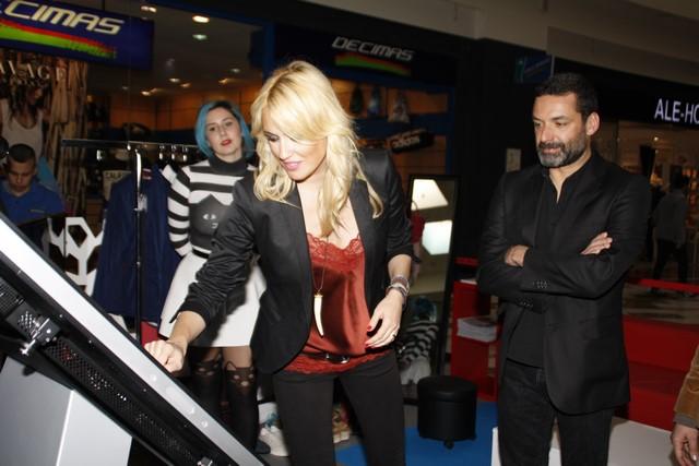 La actriz y ahora cantante probó una de las pantallas digitales de la Spring Fashion Shopping.