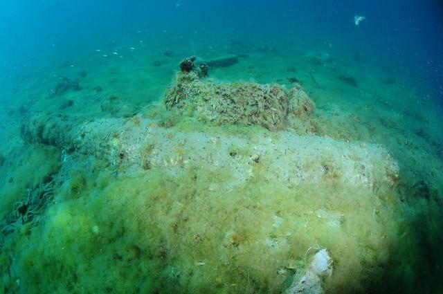Uno de los cañones hallados el sábado, semienterrado en el fondo marino.