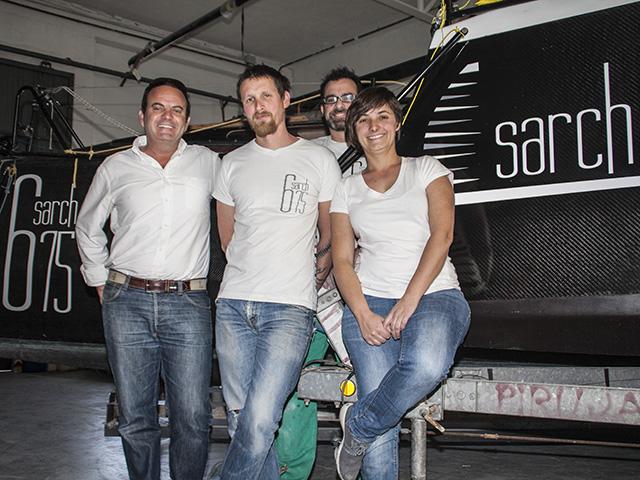 El equipo de Sarch Composites, con uno de los socios inversores, en su taller en Pego donde ultiman el Sarch 675.