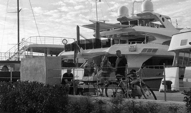 Barbacoas y cortes de pelo en el coto privado de los megayates en el puerto de Dénia
