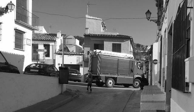 Los bomberos prueban vehículos capaces de acceder al Castillo de Dénia y callejear por Les Roques