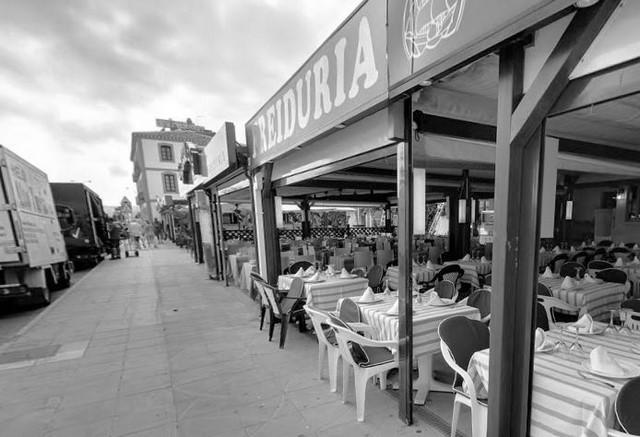El último verano con veladores en las terrazas del Raset de Dénia