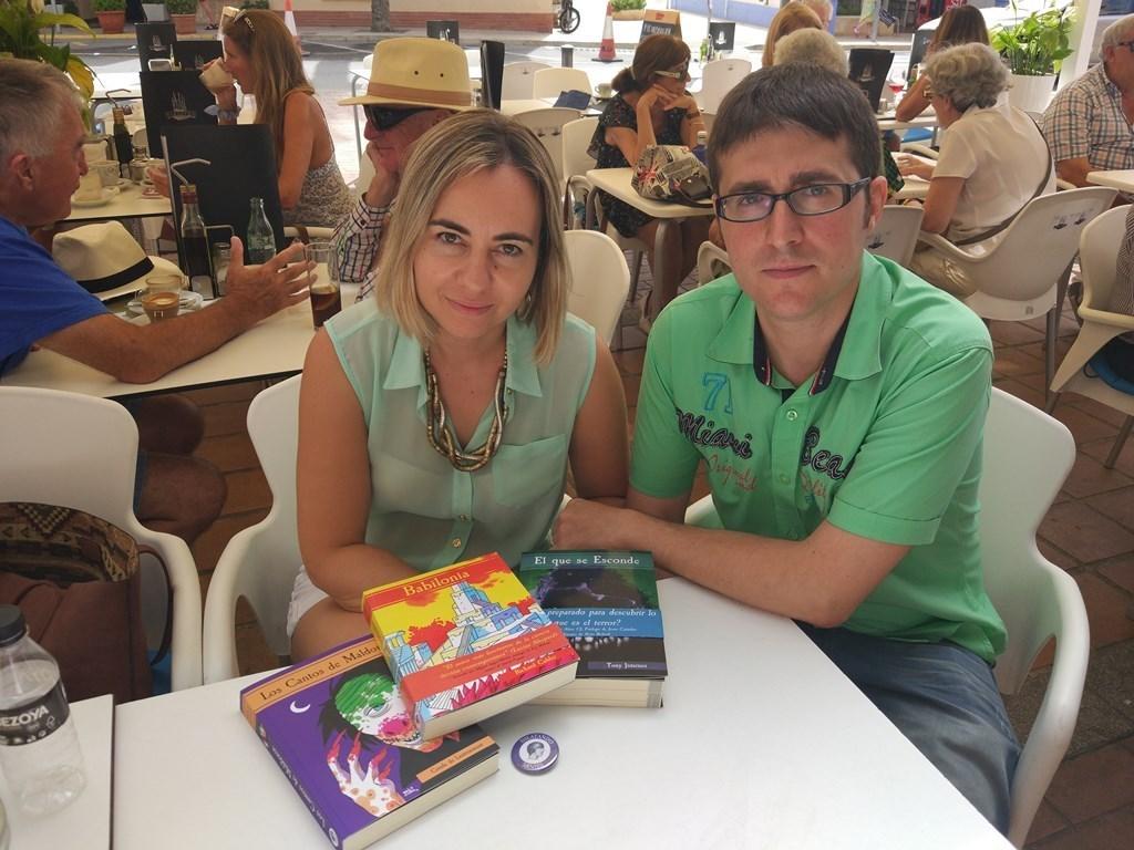 Ángel y Maite, la pareja propietaria de 'Abriendo Mentes'. Foto: Carla Pons.