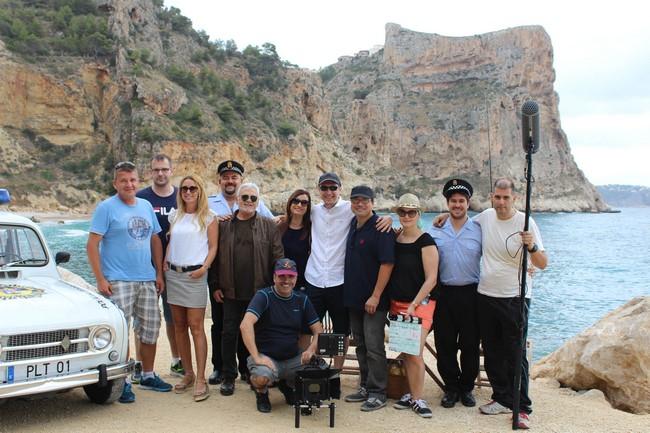 El equipo de rodaje, en la cala del Moraig.
